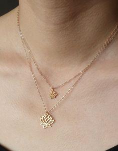 Simple et magnifique lotus fleur collier pendentif soit en argent ou en plaqué or 24K sur argent - et choisissez le petit lotus, lotus moyen ou commande les deux ensemble de collier.  Couche avec les colliers de deux lotus comme indiqué dans la photo, ou d'acheter à l'unité à la couche avec vos propres colliers!  Rempli de sens ancien, la fleur de lotus se pousse à partir deau boueuse jusquà ce quil se lève enfin au-dessus de la surface de sépanouir au soleil, cest la beauté simple et…