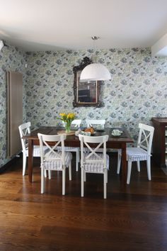 Podłoga (dąb wybarwiony na czekoladowo) idealnie pasuje do koloru stołu. Ciemne drewno nadaje wnętrzu elegancki, ciepły klimat. Fot. Bartosz Jarosz. Dining Table, Furniture, Ideas, Home Decor, Decoration Home, Room Decor, Dinner Table, Home Furnishings, Dining Room Table