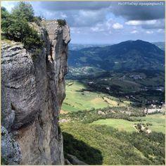 Attenzione alle vertigini! La #PicOfTheDay #turismoer di oggi scala la Pietra di #Bismantova, inconfondibile massiccio roccioso dell'#Appennino reggiano. Complimenti e grazie a @peepingtom75 / Beware of vertigo! Today's #PicOfTheDay #turismoer climbs the #Bismantova Rock, unique massif of #ReggioEmilia's #Apennines. Congrats and thanks to @peepingtom75