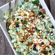 A green, filling and vegetarian broccoli salad. Vegetarian Recipes, Cooking Recipes, Healthy Recipes, Feta, Waldorf Salat, Cottage Cheese Salad, Recipes From Heaven, Easy Salads, I Love Food