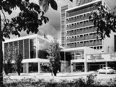Edificio Gran Avenida, en la Plaza Venezuela, Caracas.1954.