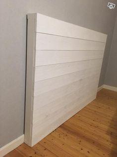 Egendesignad sänggavel i vit trä. | Skaraborg