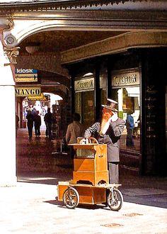 .... Organetto da strada....Lugano (CH) - 08-apr-2006 - © Umberto Garbagnati -