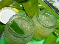 Aloe vera is known for its endless, amazing health benefits. Today, we'll show you how to make a homemade aloe vera gel to get the most out of this plant! Aloe Vera Gel, Gel Aloe, Aloe Vera For Hair, Home Remedies, Natural Remedies, Aloa Vera, Natural Kitchen, Homemade Beauty, Natural Medicine