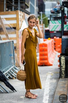 Discover recipes, home ideas, style inspiration and other ideas to try. Street Style 2017, Street Style Trends, Spring Street Style, Street Chic, Spring Summer Fashion, Autumn Winter Fashion, Chic Outfits, Summer Outfits, The Sartorialist