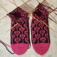 Kirjoneulesukat | Nojatuolin uumenista Diy And Crafts, Socks, Knitting, Accessories, Cookies, Tricot, Crack Crackers, Breien, Biscuits