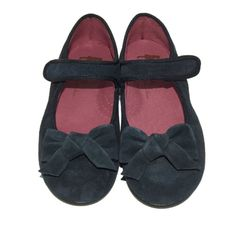 Elegant suede ballerinas for girls with a decorative bow and velcro fastening. Comfy and stylish, they will be the perfect shoes for school and birthday parties alike. They can be worn with pants, dress, skirt and any sorts of clothes. Lined with pink leather, equipped with slip resistant and flexible soles. Firm support and lots of comfort for little feet! Made by the best Spanish manufacturers.