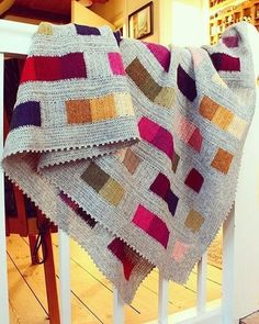 This modern crochet granny stitch blanket free pattern and tutorial is super easy. The tassels make it perfect for a baby nursery or a grown up couch! Motifs Afghans, Afghan Crochet Patterns, Crochet Squares, Knitting Patterns, Crochet Blocks, Quilt Pattern, Free Knitting, Crochet Afgans, Knit Or Crochet