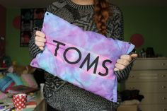 toms DIY pillow: use a toms shoe bag and tye dye the bag once your down add cotton and glue or sew the edges and your down now you have yourself a cute toms pillow♡