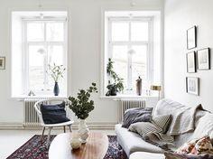 salon séjour, scandinave, blanc, cadres, plaid, tapis oriental