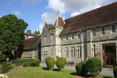 Locatie:  Winchester, fosta capitala a Angliei, este unul dintre cele mai frumoase orase din Marea Britanie. Cunoscut pentru catedrala sa, standardul ridicat al vietii si strazile pitoresti pavate cu piatra cubica. Winchester se afla in comitatul Hampshire, la doar o ora de Londra. Aceasta locatie din Marea Britanie este ideala pentru organizarea de tabere scolare. Campusul King Alfred al Universitatii Winchester se afla intr-o zona verde la mica distanta de centrul orasului si la 15 minute…