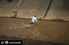 Foto de @tanthan89 Cuando no hay otro camino que el río los médicos la cruzaron #22May #ccs #caracas #caminacaracas  Marcha de la Salud tambien termino en el rio guaire...
