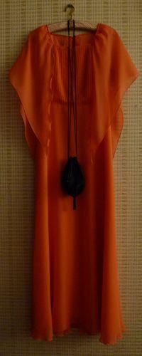 Vestido 70s talla 38 pvp 79 euros  Bolsito de fiesta y azabache pvp 29 euros