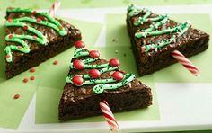 Fette di torta decorate per ricavare tanti alberelli di Natale... Una buona torta di cioccolato, bastoncini di zucchero, smarties, pasta di zucchero verde.....e tanta fantasia