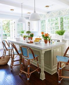 This cheery kitchen brings the outdoors in! (📷: Amy Neunsinger, Beautiful All-American Decorating and Timeless Style by @markdsikes ) #homedecor #homesweethome