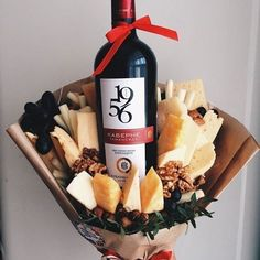 Wine and cheese bouquet. What else would you give the hostess of book club? Food Bouquet, Candy Bouquet, Wine Gifts, Food Gifts, Bouquet Cadeau, Homemade Christmas, Christmas Gifts, Feasts Of The Lord, Edible Bouquets