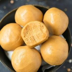3 Ingredient No Bake Keto Peanut Butter Balls (Paleo, Vegan, Low Carb)- a Quick and easy recipe for chewy fudgy no bake peanut butter keto protein balls! Paleo Peanut Butter, Peanut Butter Balls, Cashew Butter, Seed Butter, Easy Snacks, Keto Snacks, Healthy Snacks, Snacks Recipes, Keto Postres