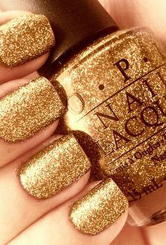 Natuurlijk mag een flesje gouden nagellak niet ontbreken!