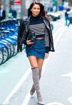 Shanina Shaik mistura listras com mini saia jeans e botas otk