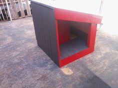 Casinha de cachorro feita com pallet usado e madeira de encaixotamento de painéis elétricos, com quarto e Hall de entrada, as cachorrinhas pira com o quartinho isolado.