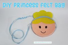 DIY instructions and templates to make a cute felt Cinderella Bag. A great afternoon craft for any Disney Princess fan. Boy Party Favors, Party Bags, Birthday Favors, Easy Crafts For Kids, Diy For Kids, Box Template Printable, Kids Purse, Felt Kids, Felt Purse