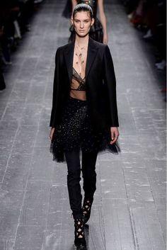 VALENTINO OTOÑO-INVIERNO 2016/2017 Hola Chicas!! Les dejo una galería de fotografías del Paris Fasion Show Week con la moda de Valentino que se llevara para el Otoño-Invierno 2016/2017.
