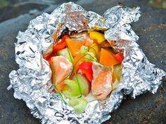 Laksepakke i folie - Oppskrift - Godt. Sailboat Living, Tzatziki, Fresh Rolls, Feta, Food And Drink, Dinner, Ethnic Recipes, Madness, Food Dinners