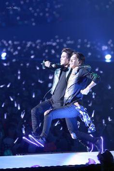 Suho, Chen - 151113 Exoplanet - The EXO'luXion in Osaka Credit: Vanilla Creamy. Exo Chen, Chanyeol Baekhyun, K Pop, Exo Memes Funny, Hilarious, Exo Couple, Exo Concert, Exo Album, Exo Luxion