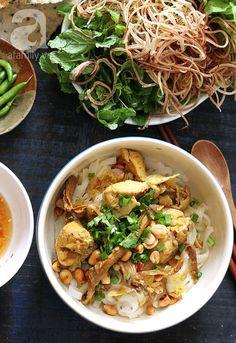 Cuối tuần làm món Mì Quảng thịt gà thơm ngon, đậm đà - http://congthucmonngon.com/117475/cuoi-tuan-lam-mon-mi-quang-thit-ga-thom-ngon-dam-da.html
