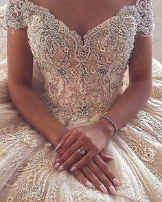 Detalhes!💕 . . . . . . . #dress #dresses #vestido #instagood #instagram #weddingday #weddings #wedding #weddingdress #weddingdresses #beautiful #bride #bridal #bride #like4like #likes #boatarde #inspiração #detalhes #luxo #instalike #noiva #noivas #familia #fashion #followback #sonhocasamento #vestidos  #vestidosdenoiva #groom #makeup