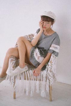 シースルー刺繍レースポイントルーズブラウス。 ロマンティックなラブリー系トップスです。[Stylenanda]