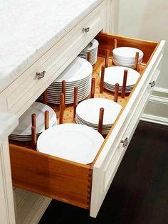 引き出しの中で、有孔ボードを使った収納です。お皿の大きさに合わせて固定して使用することもできます。