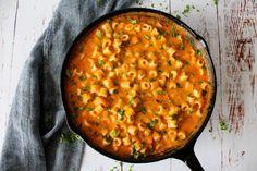 Jeg er vild med mac and cheese, men jeg elsker også at lave det om, så det smager anderledes hver gang. I dag bliver det en lækker pastaret med en ostesauce med pesto. Vildt lækkert!