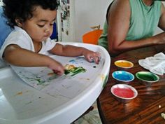 Edible paint recipe: cornstarch, some water, vanilla, white sugar, a bit of salt and food coloring. Edible Paint, Finger Painting, Sensory Activities, Corn Starch, Food Coloring, Diy Projects, Learning, Vanilla, Salt
