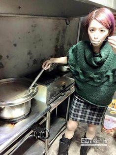 李妍瑾親下廚,為街友煮粥。(源鑛娛樂提供)