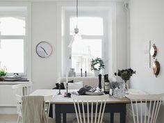 Elegancia entre flores. Decoracion monocromatica y el aire chic de un papel de flores | Decorar tu casa es facilisimo.com