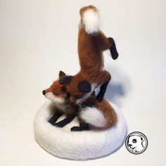 """Frolicking foxes trying to capture the action #feltvisual #handmade #needlefelting"" Photo taken by @irenefeltvisual Instagram"