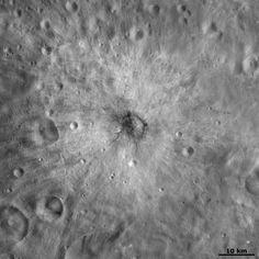 Krásní snímek kráteru Vibidia na Vestě, který pořídila sonda Dawn na její oběžné dráze. Kráter má průměr zhruba 10 km a je na něm vidět jasně slabá paprsková struktura s tmavým a světlým materiálem. Snímek byl pořízen ze vzdálenosti 700 km od povrchu a má rozlišení kolem 70 m na pixel. Credit: NASA/ JPL-Caltech/ UCLA/ MPS/ DLR/ IDA