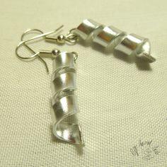 Orecchini in filo metallico di alluminio a spirale  di LeftHandLab