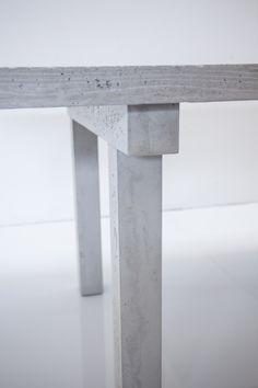 Le béton devient le centre de la maison avec une table très archétypale qui affirme sa volonté de pérennité. CONCRETE BECOMES THE CENTRE OF THE HOUSE WITH A VERY ARCHETYPAL TABLE WHICH ASSERTS ITS DESIRE FOR CONTINUITY.