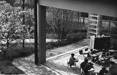 """Vue d'un """"pavillon-classe"""" de l'école de plein-air de Suresnes (1933-1935) : architecture de Beaudouin & Lods, mobilier scolaire construit par les Ateliers Jean Prouvé."""
