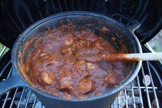 Es ist die Kultwurst schlecht hin. Angeblich wurde die Currywurst von einer Dame in Berlin erfunden, doch es streiten sich bis heute die Geister wer es denn nun wirklich war. Eine leckere Currywurst kann man sich auch mit ein paar Handgriffen schnell selber zaubern. Die Zutaten: 4 Bratwürstchen deiner Wahl 500g passierte Tomaten 4 gute EL Tomatenmark 1 EL Essig 1 EL Paprika geräuchert ...