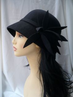 20s style cloche hat in 100% wool felt designed, modelled and created by me. Completely handmade. It comes with a big and irregular felt flower falling on the side. The hat is lined.  I make this hat in other colors and by size on request in 1/2 weeks.  I send it in a nice bandbox.  If you have any question, please feel free to contact to me, thank you :)