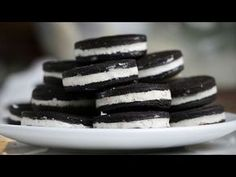 Oreo-Kekse selber machen: So einfach geht's! Did you know that you can make Oreo cookies yourself? Until we found this clip on the video portal myPG. Köstliche Desserts, Delicious Desserts, Dessert Recipes, Oreo Dessert, Chewy Chocolate Chip Cookies, Oreo Cookies, Yummy Treats, Sweet Treats, Homemade Oreos