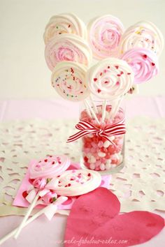 Meringue Pop Bouquet - : ) This is such a fabulous idea! Swirled meringues on sticks. perfect alternative to over-used cake pops Cake Pop Bouquet, Cookie Bouquet, Cake Pops, Meringue Cookie Recipe, Lollipop Recipe, Rose Cookies, Merguine Cookies, Pink Cookies, Thumbprint Cookies