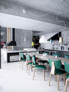Qué buen recurso el de los artefactos de iluminación en esta cocina industrial...!