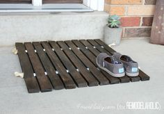 Que tal usar um #Deck para colocar na porta da sua casa? Você pode adquirir um no site #MadeiraMadeira ou faça você mesmo com corda e madeira! <3