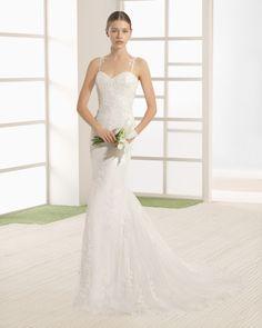 Vestido de novia silueta de encaje y pedrería con escote corazón y espalda pronunciada, en color natural.