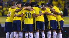 Colombia's footballers gather on the field before the start of the Brazil 2014 FIFA World Cup South American qualifier match against Ecuador, in Barranquilla, Colombia, on September 6, 2013.  AFP PHOTO / LUIS ACOSTA