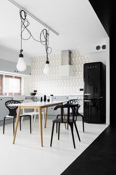 Domo-nomad-space-kasia-orwat-home-design-two-pendant-above-dining-tables-near-kitchen-cabinets-with-modern-black-refrigerator-decoration-wall-mural.jpg 750×1.125 pixel
